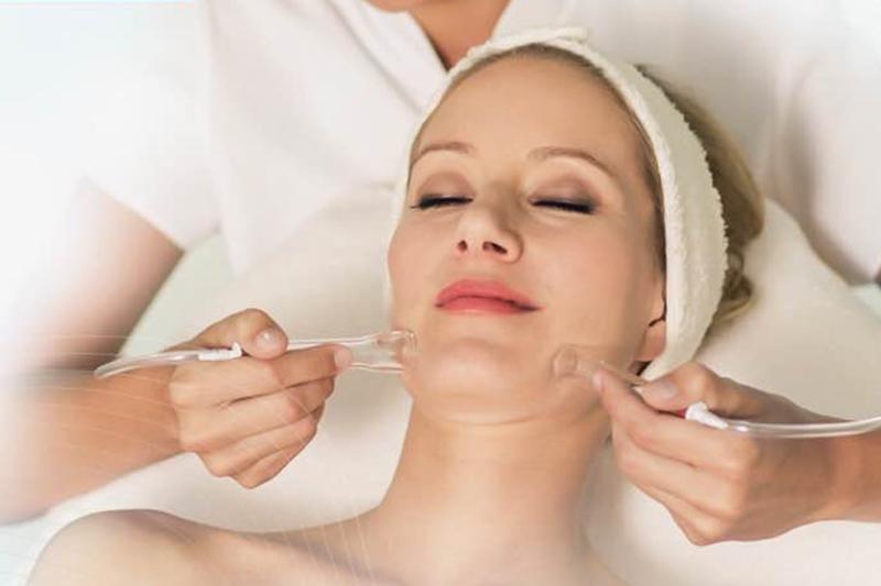 Vacu-Konturen-Massage Dé Luxe Kosmetikinstitut