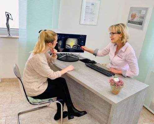 Hautanalyse-Frau De' Luxe Kosmetikinstitut